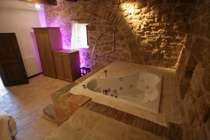 Casa del Levriero - Bedroom and Jacuzzi