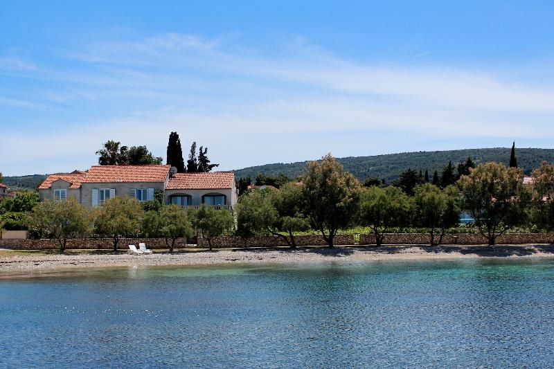 Position of Villa Mirca - right on the beach!