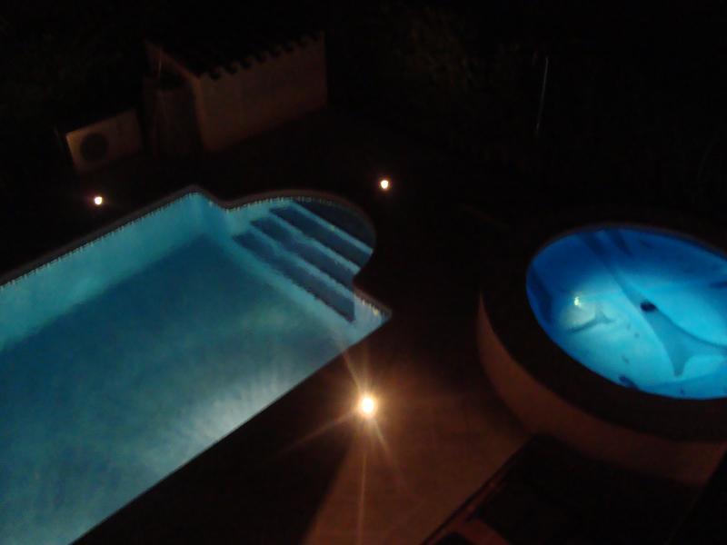 Jacuzzi y piscina de noche