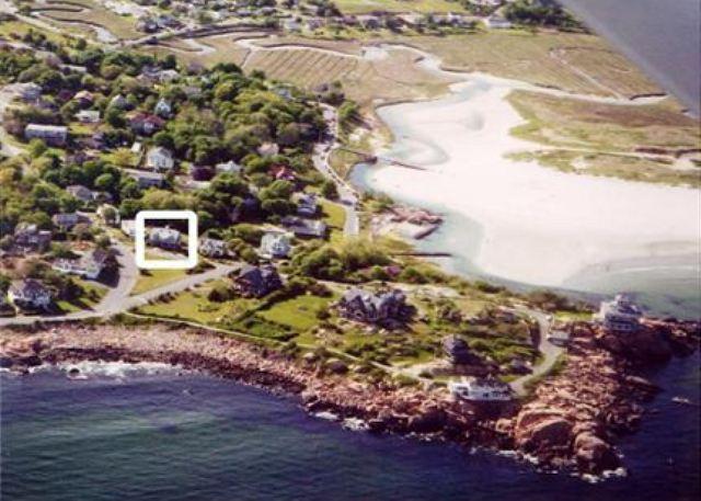 Vista aérea de la casa con Good Harbor Beach en la parte superior derecha.