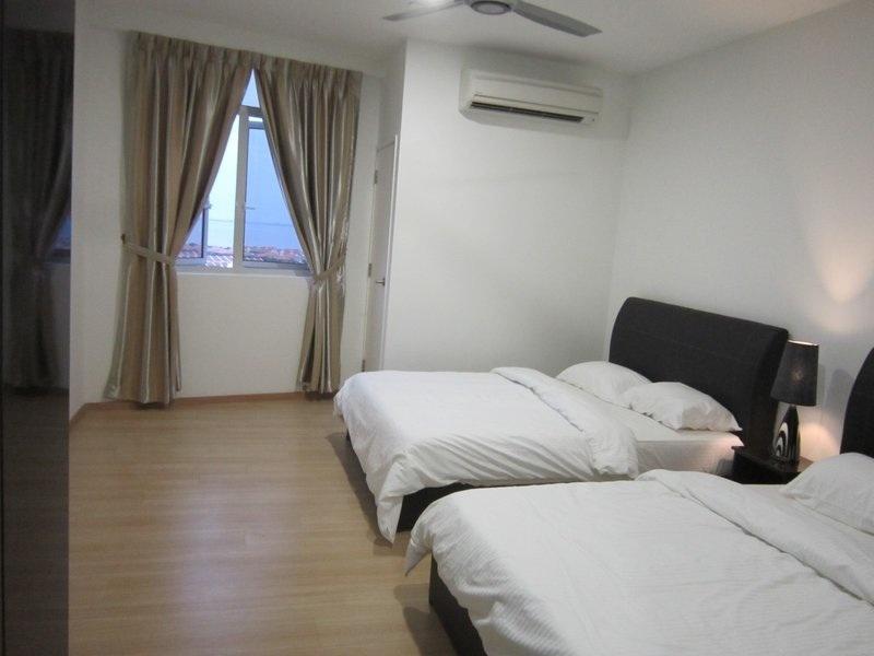 1 bedroom with 2 queen beds