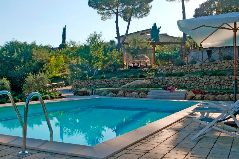 Casa Gelsomino, ground floor, 2 bedrooms, private garden and shared pool, holiday rental in San Gimignano