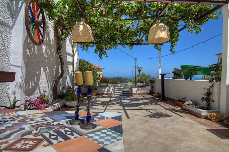 Mamis Mansion, Solarium Terrace and Jacuzzi!, holiday rental in Prasies