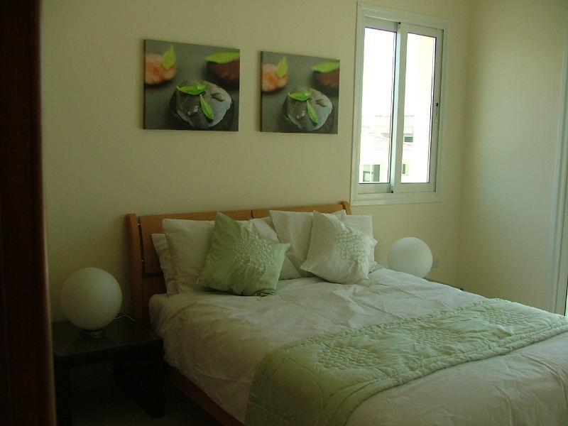 dormitorio principal con balcón privado y cuarto de baño