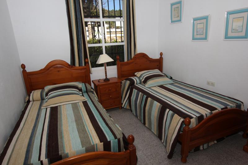 2 dormitorios con dos camas de 105 cm. y armarios empotrados.