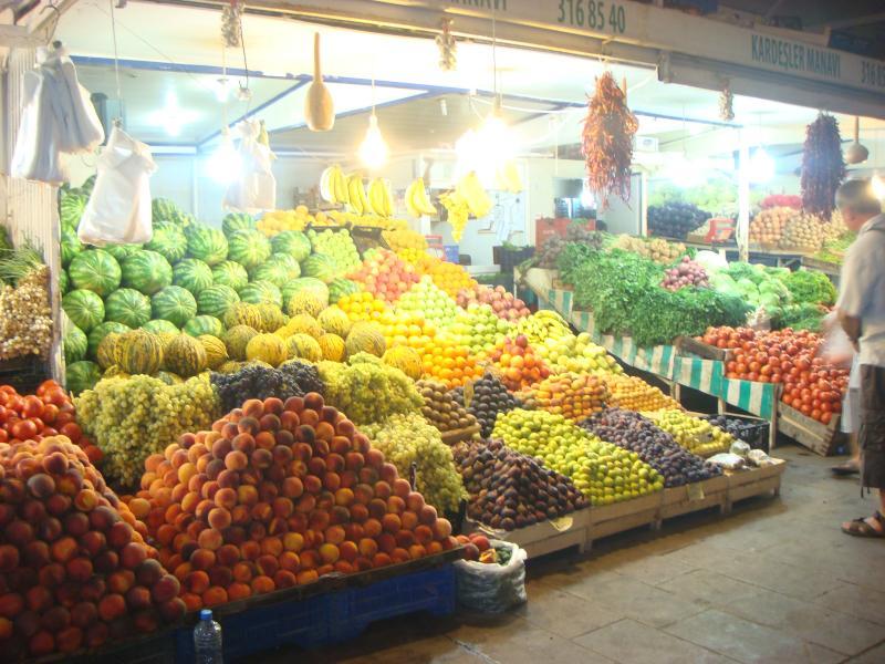 Tarde da noite de compras para o mercado de fruta e vegetais em Bodrum