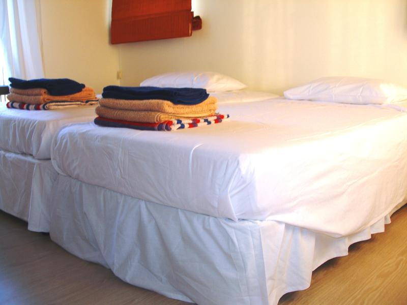 bedroom 4 (3 single beds)