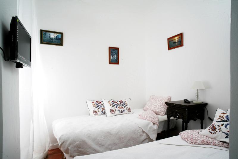dormitorio con TV