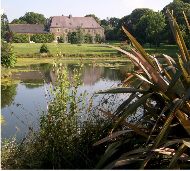 Manoir Le Cosquer from lake