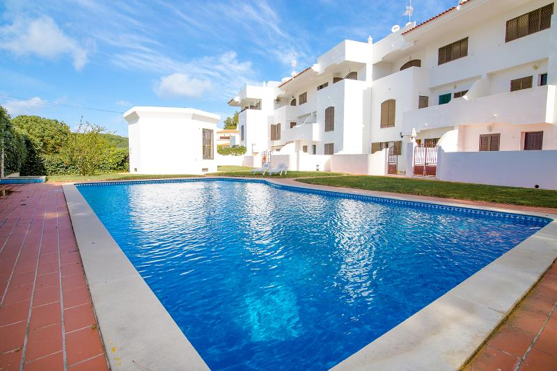 Ground floor apartment set within a small, quiet complex of 24 apartments with pool and gardens