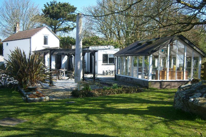 Maison et terrasse/barbecue estivale