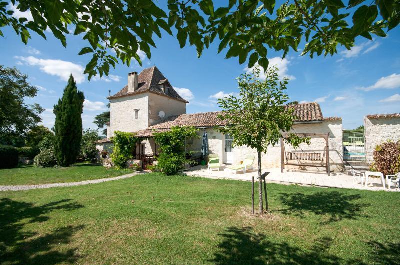 Privé au sud face à la terrasse et les jardins de la villa.