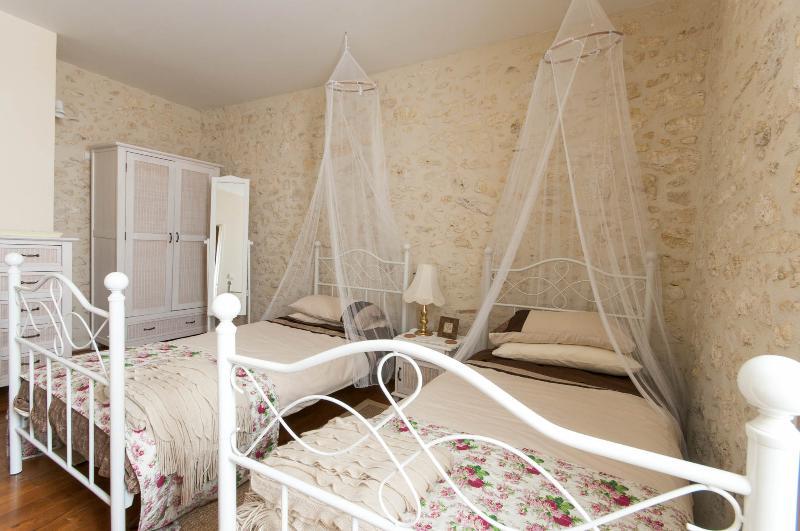 Premier étage chambre double avec armoire et coiffeuse.