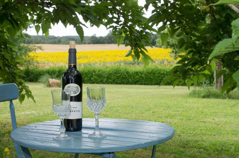 Dégustez un apéritif sous les mûriers, avec vue sur les champs de tournesols.