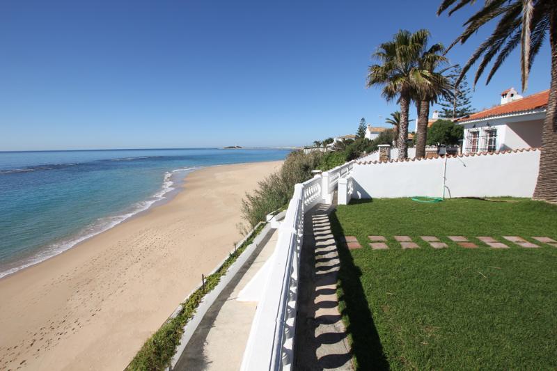 Jardín con bajada privada a la playa