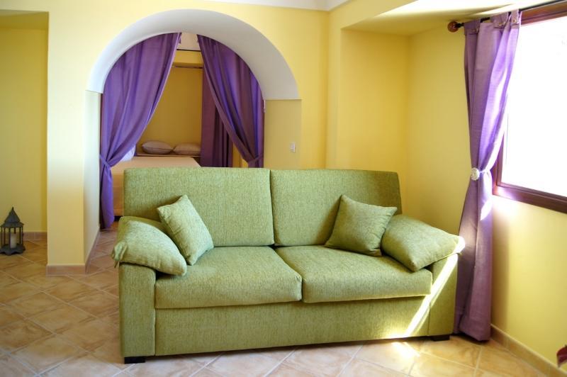 Soggiorno dammuso AIra - Nell'ampio soggiorno è inserito un divano letto, ideale per una famigl
