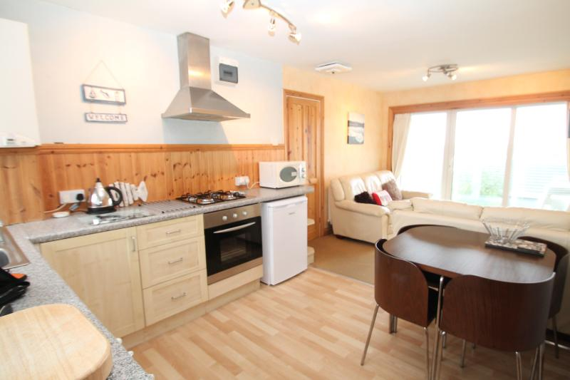 LOVELY MODERN APARTMENT,   FULLY FITTED KITCHEN WITH WASHING MACHINE, LOVELY COMFORTABLE APARTMENT.