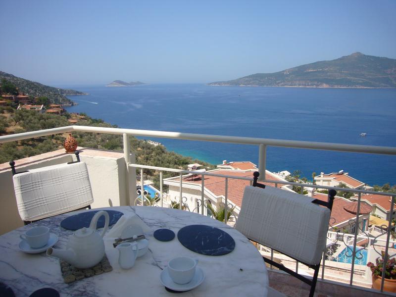 Aproveite o café da manhã e vista para o mar Mediterrâneo a partir do terraço do salão