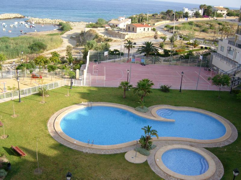 swimming pool, tennis court and sea view