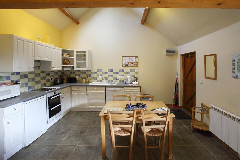 Cuisine et salle à manger - entièrement équipée avec lave-vaisselle, double four, micro-ondes