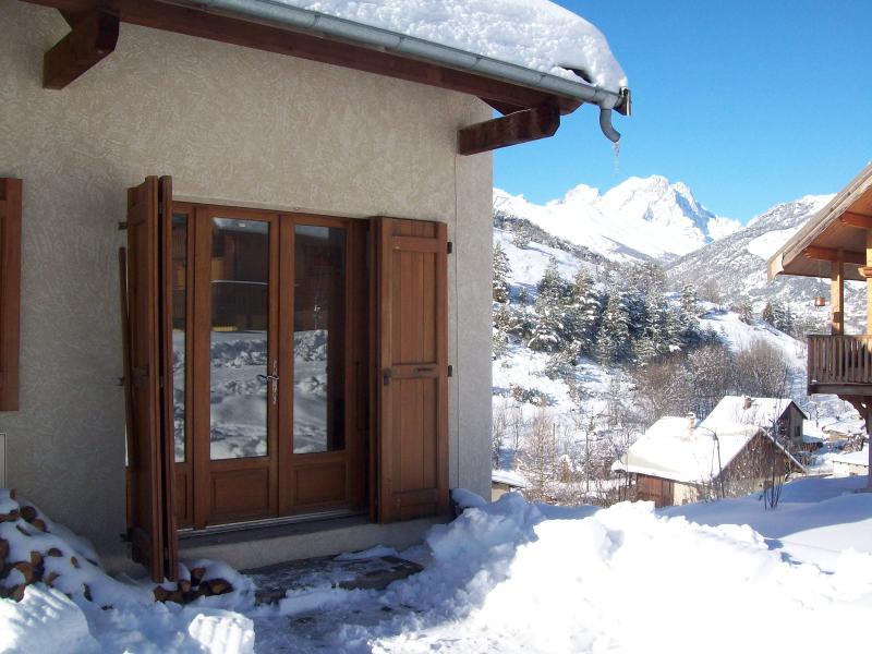 Vista de portas de apartamento na frente da casa