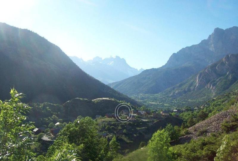 Vallouise vale no verão com chalé no meio