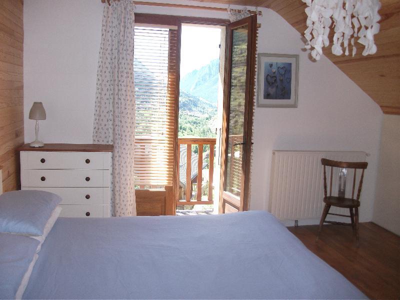 Um quarto com varanda