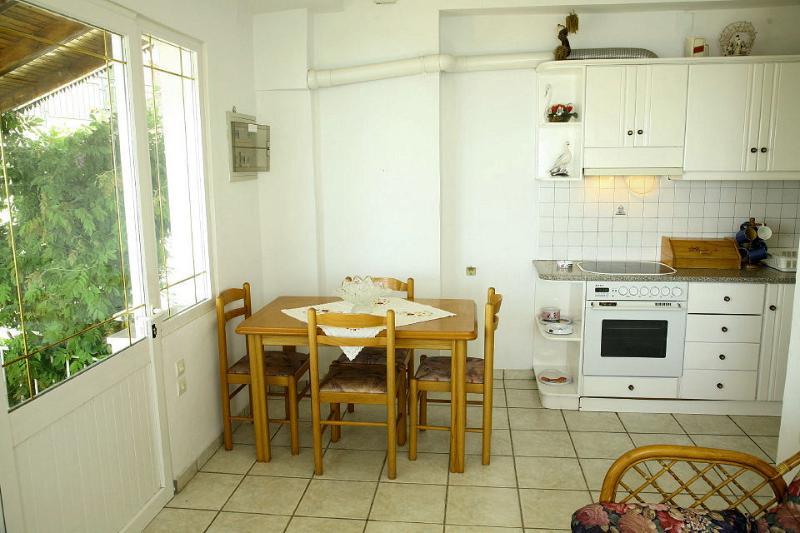 Ausgestattete offene Küche und Essbereich