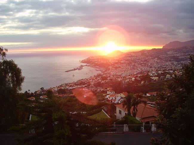 Dream vacation with superb view over the bay & mountains of Funchal. BBQ & WIFI, holiday rental in Madeira