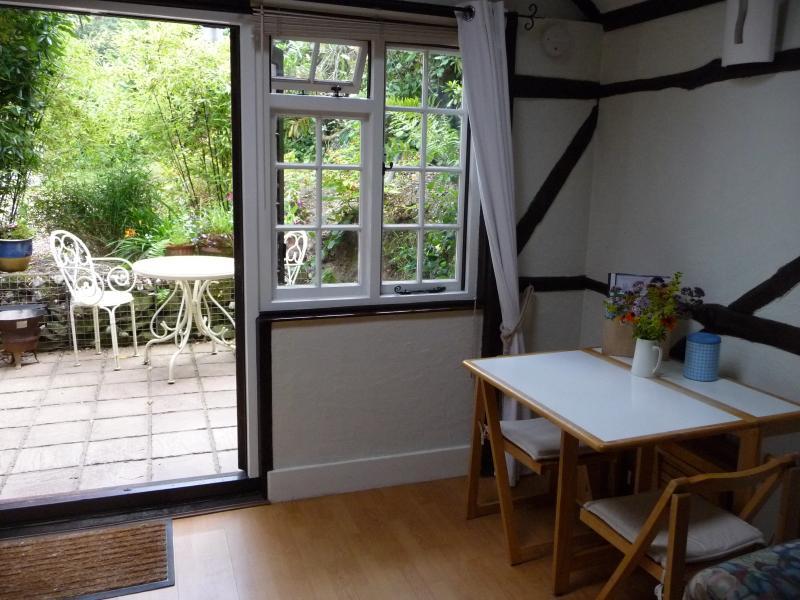 Essbereich mit Schiebetüren, was heraus zu privaten patio