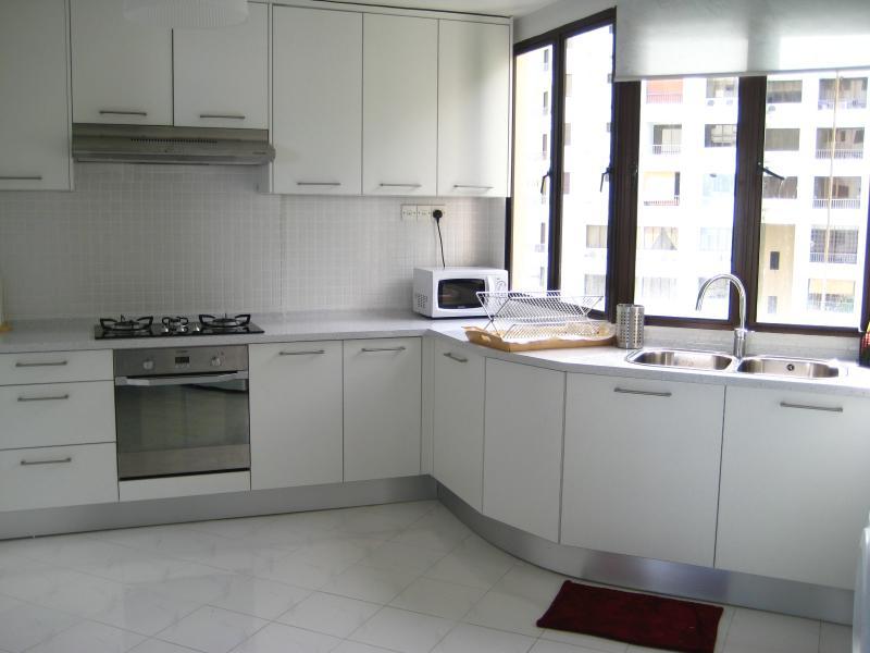Deze open keuken is ruim, licht en luchtig die is perfect in de hitte!