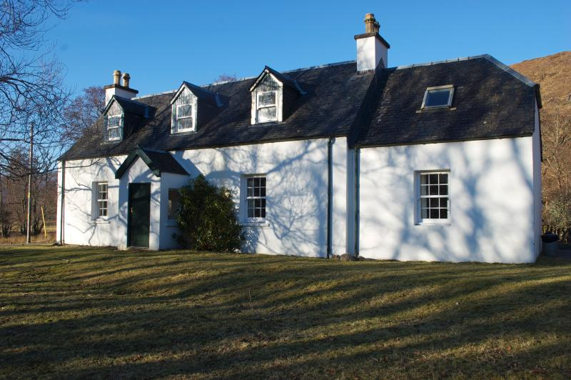 Strathan House, a remote farmhouse with mountain views surrounded by fields, holiday rental in Ross and Cromarty