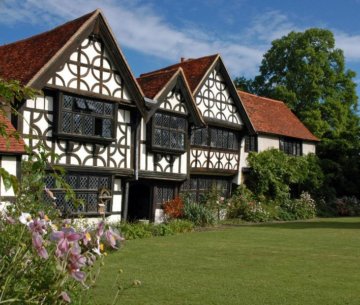 Great Tangley Manor, 1016 moated Manor, Indoor Heated Pool & 3 acre gardens, Ferienwohnung in Surrey