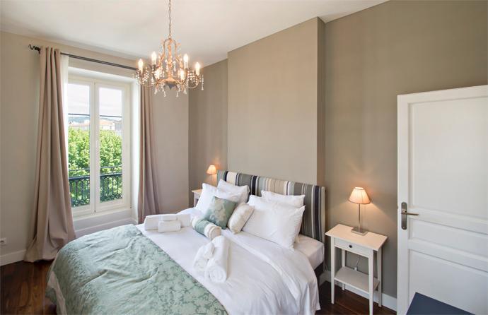 Dormitorio principal con cama super king size (190cm)