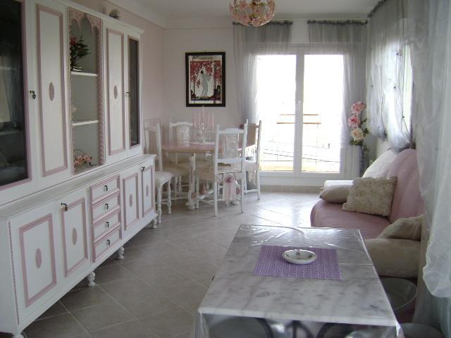 Salon spacieux et coloré