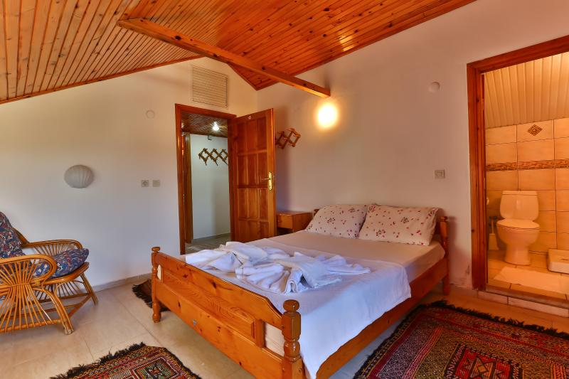 Double bedroom with aircondition & private bathroom.