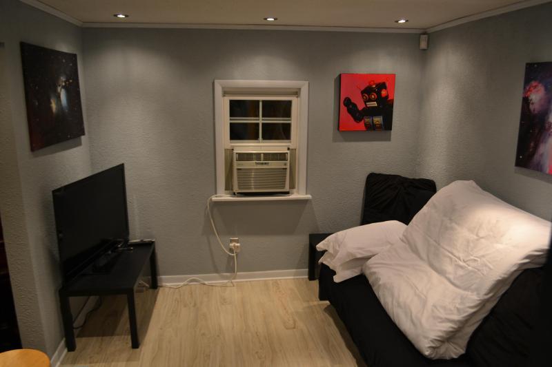 Chambre avec TV et oeuvre notamment des impressions sur toile espace locales oeuvre et hubble.
