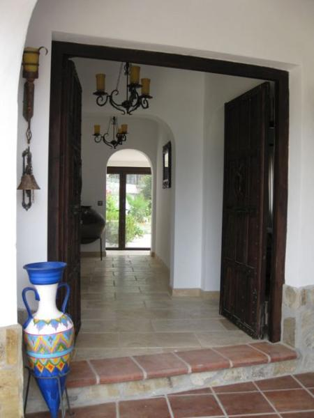 Der Eingang zum Haus mit Blick auf den Garten