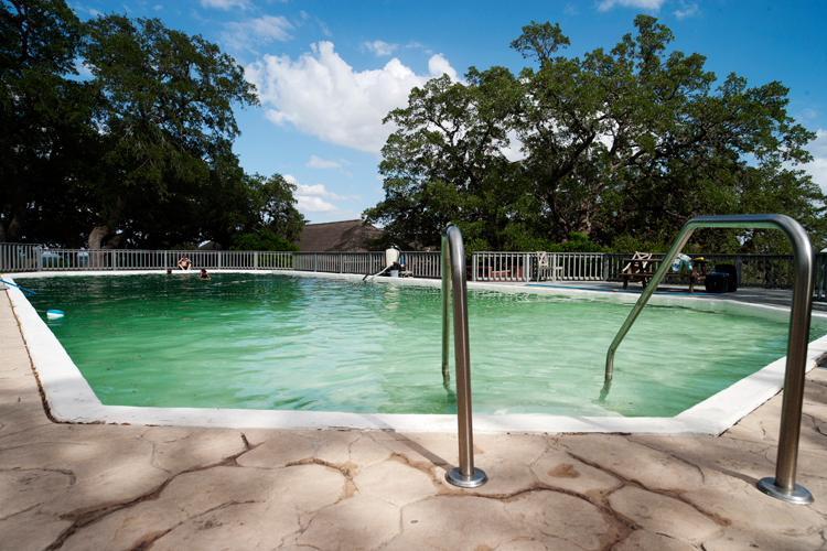 Grande piscina perto da casa