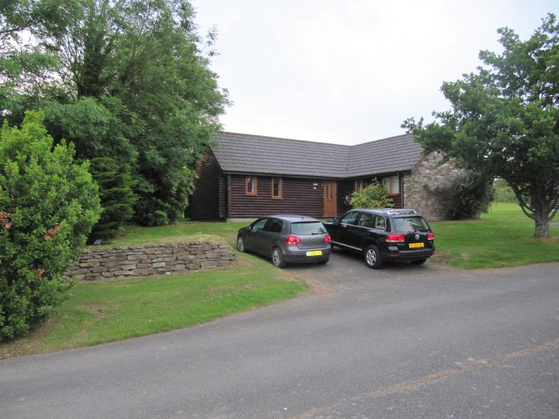 Bodmin Bungalow, 3 bedrooms, indoor pool, gym, restaurant/bar, lakes, tennis,, holiday rental in Lanivet