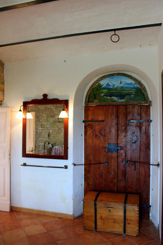 Schlafzimmer mit antiker Eingangstür