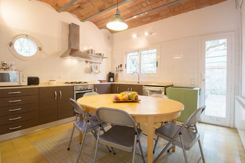 Kitchen with washing mashing/dish washer/ frigo/freezer