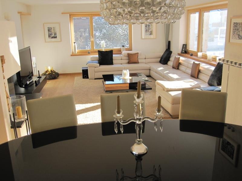 Mountain Chic in the heart of Klosters, 8 Mins walk to Lifts + Sauna., Ferienwohnung in Graubünden