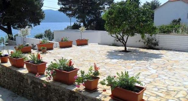 Upper barbecue sunbathing terrace Villa Grace