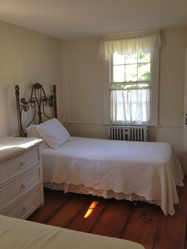 'Bedroom blanco' con dos camas individuales