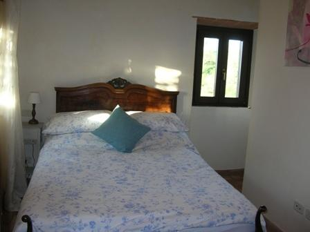 Zweites Schlafzimmer mit Blick auf Weinberg
