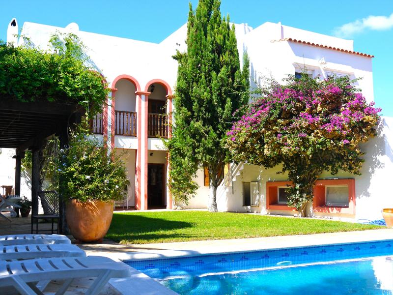 Fantastic family villa in a quiet location  with a spectacular outside area, casa vacanza a Siesta