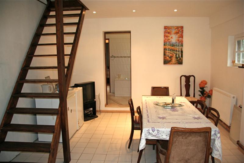 Casa remodelada 2010: comedor muestra, conduce a la cocina y arriba un dormitorio altillo.