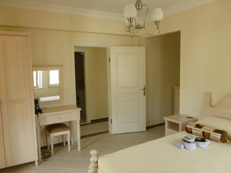 Camera matrimoniale con bagno privato a destra. Famiglia bagno, con vasca e lavatrice visibile