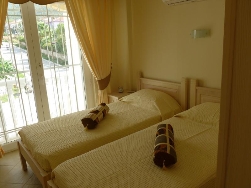 Camera da letto 2, con triple guardaroba/mensole.